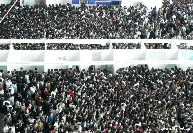 Люди в Китае идут на работу. Слава богу - нас нет в этой толпе.