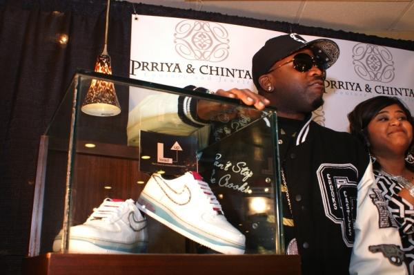 Bling-bling обувь: кеды Nike с бриллиантами
