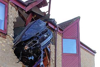Британский водитель влетел на машине в квартиру на втором этаже