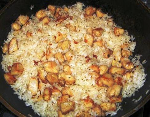 Курица с ананасами, скомпилированные в рисе.