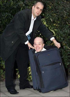Одежда карликов-мошенников - чемодан