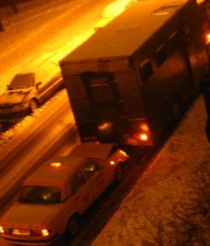 Омоновский автозак столкнулся с такси (Фото)