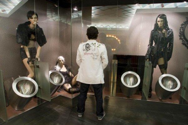 Португальский туалет с манекенами (6 фото) .