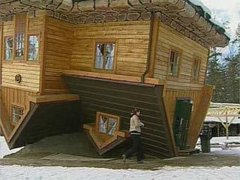 Житель Польши построил дом вверх тормашками