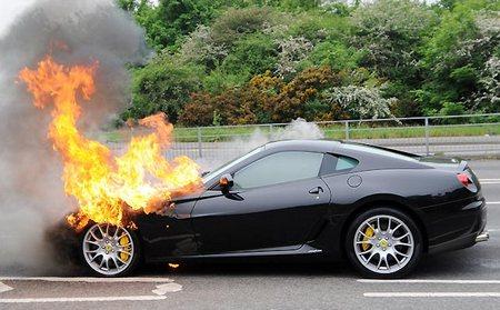 Ferrari 599 GTB Fiorano загорелся, остановившись перед светофором