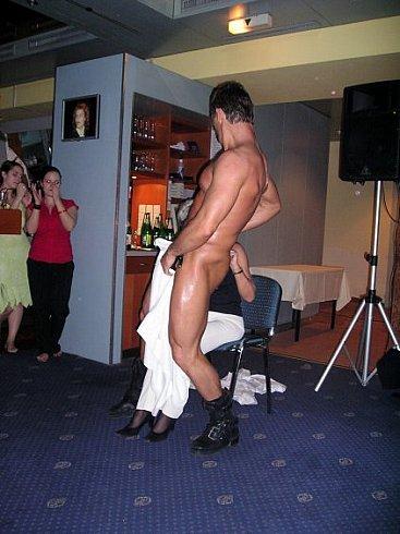 devushkami-huem-striptizeri-i-zamuzhnie-dami