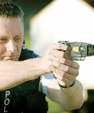 """Полицию Нью-Йорка вооружают """"гуманными"""" пистолетами"""
