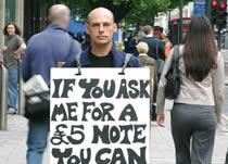 Человек, который раздавал деньги прохожим