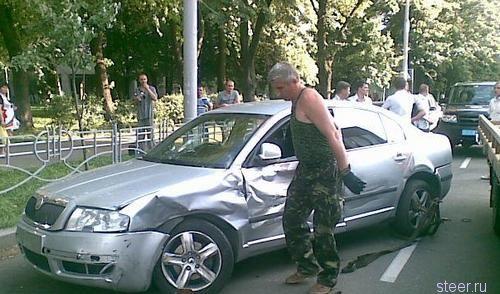 Сбившего женщину водителя избили битами