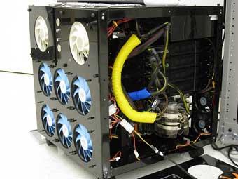 В компьютер вставили 16 видеопроцессоров