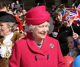 Русский гастарбайтер нелегально наливал чай английской королеве