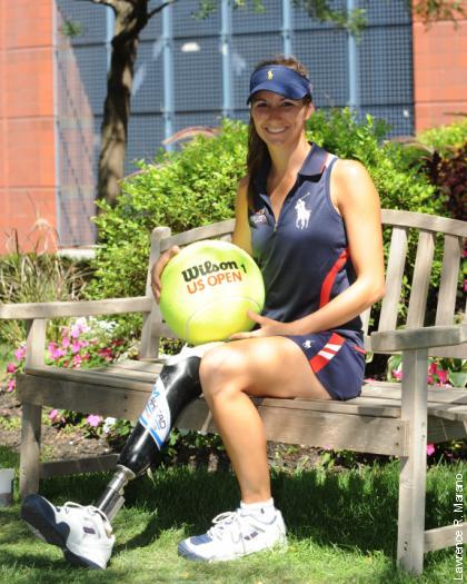 Впервые в истории теннисных турниров «Большого шлема» мячи подает девушка с ампутированной ногой