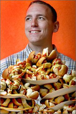 Чемпион мира по поеданию сосисок проглотил более 59 хот-догов за 12 минут