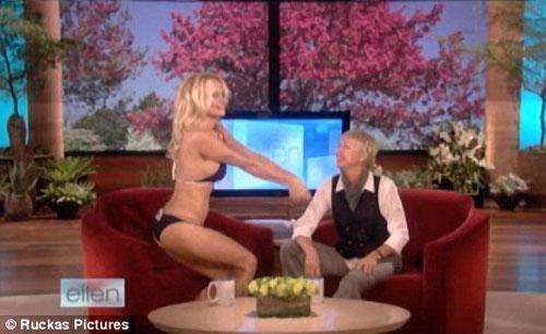 Памела Андерсон оголилась на телешоу главной лесбиянки Америки(+фото)