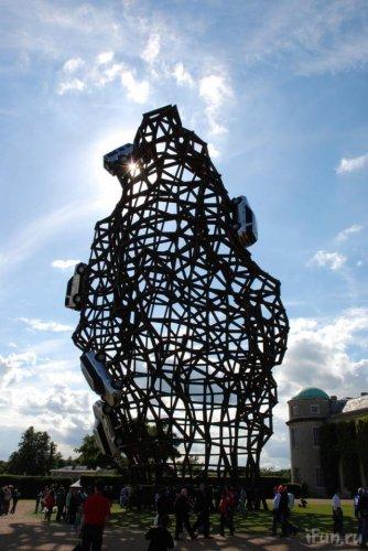 Металло-автомобильная статуя