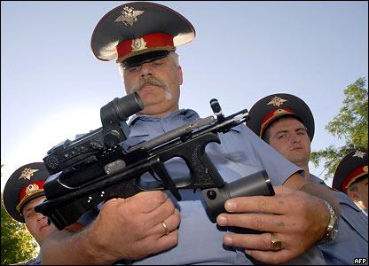 Россия: Милиция прощается с Калашниковым