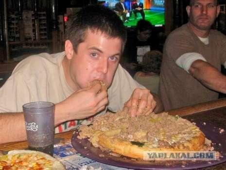 Сьеден гамбургер весом в 6,8 кг