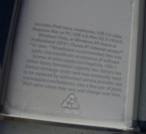 Apple-юмор: iPod nano, пара джинсов и строчка текста