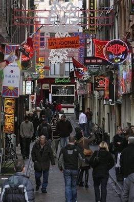 Амстердам: Красные фонари уберут, проституток оставят