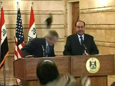 За ботинки, брошенные в Буша, предлагают 10 млн долларов
