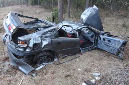 Автомобиль разбился в хлам на скорости около 200 км/ч