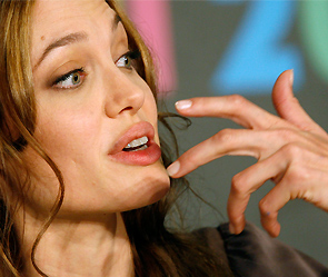 Джоли повредила на съемках голову