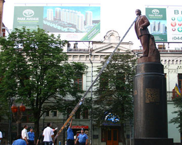 В центре Киева изуродовали памятник Ленину