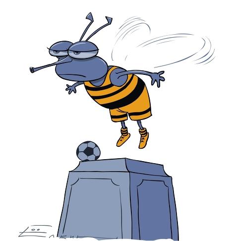 """Памятник пчеле в московском парке """"переоделся"""" в футбольную форму"""