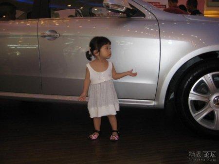 Клевая девочка с автошоу