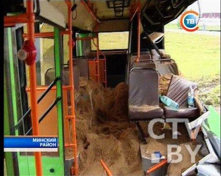 Пассажирский автобус попал в аварию в Гатово