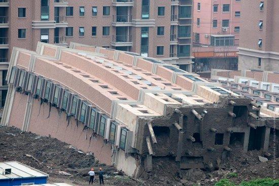 В Китае при строительстве упал дом