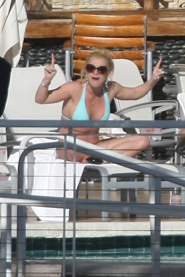 Почти голая Бритни Спирс позировала перед камерами