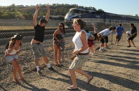 Супер акция: покажи поезду зад!