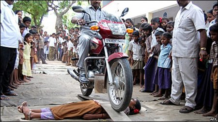 В Индии запретят ездить по рукам детей на мотоцикле