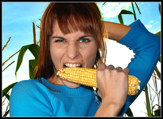 Балуется с кукурузой ххх фото