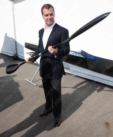 Медведев посетил соревнования по гребле и получил байдарку в подарок