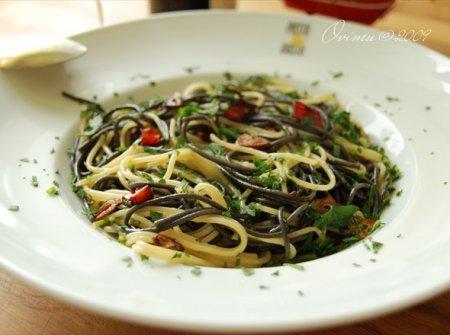 Просто и вкусно . Спагетти с чесноком на остром масле