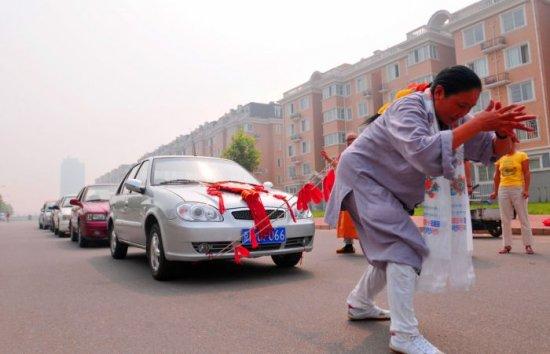 Китайская женщина протащила волосами шесть машин 50 метров