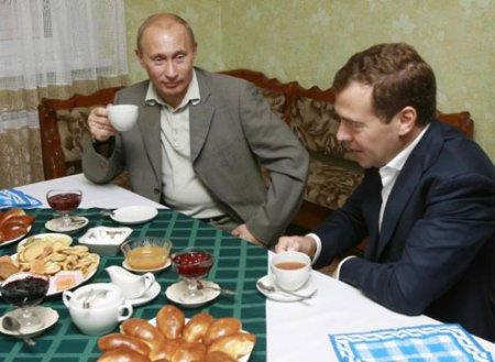 """Медведев — """"на"""", а Путин — """"в"""""""
