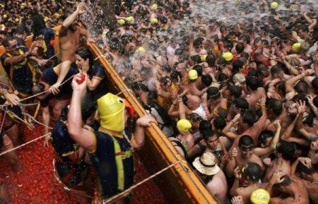 Фестиваль Томатина в Испании