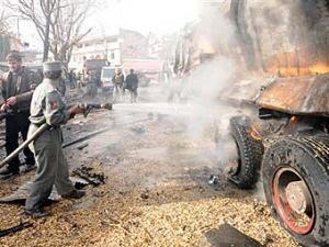 При авиаударе НАТО по угнанным талибами бензовозам погибли 90 человек