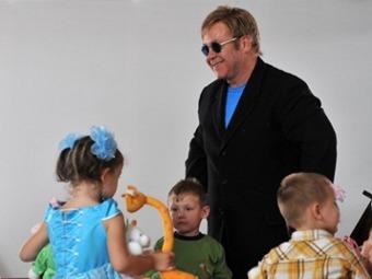 Элтон Джон решил усыновить ребенка с Украины