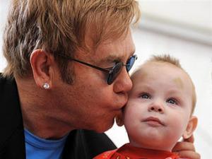 Элтону Джону отказали в усыновлении украинского мальчика