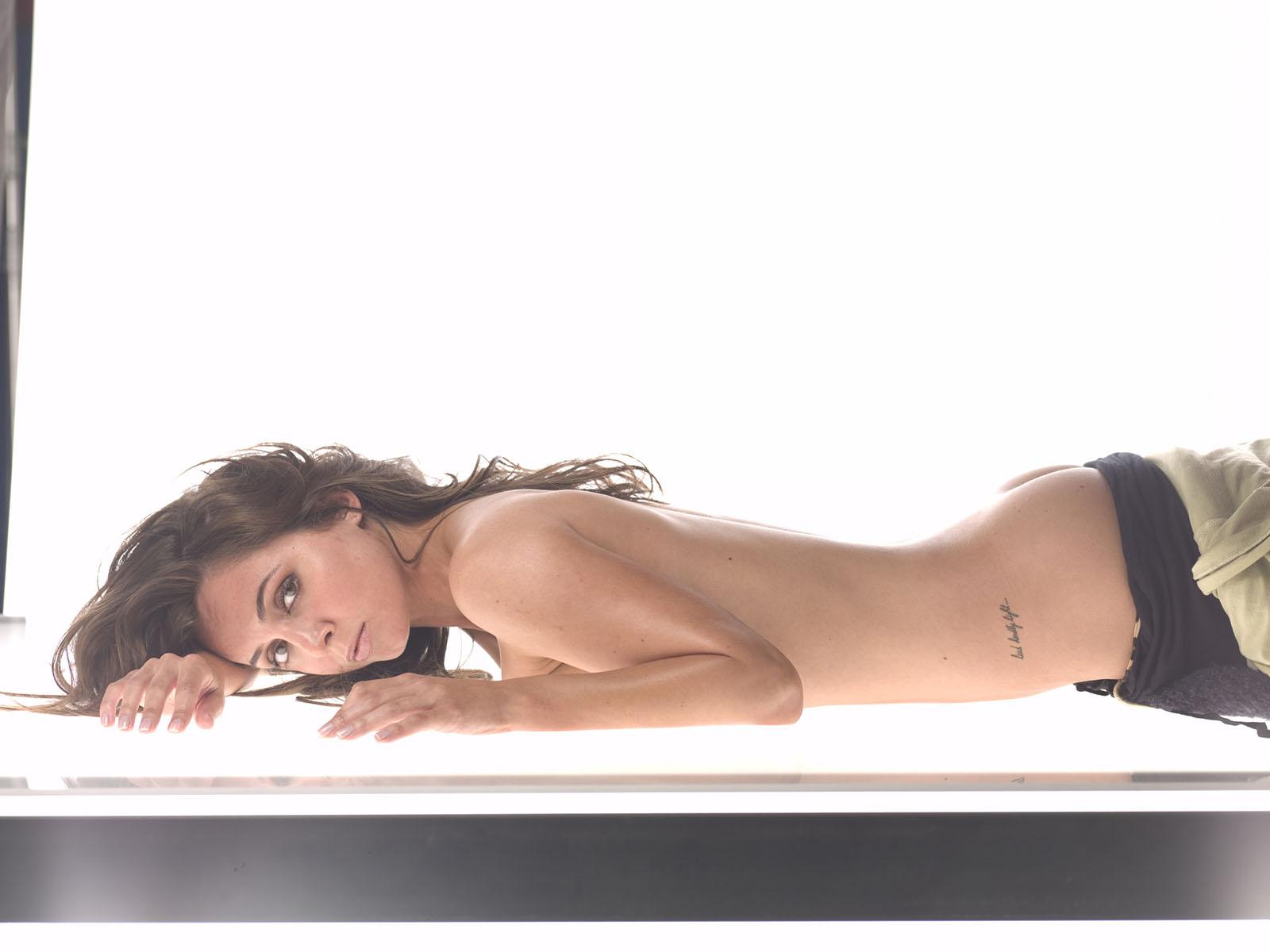 Секс девушка лежит на животе 23 фотография