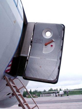 Захватывающая хронология попыток открыть дверь самолета в полете