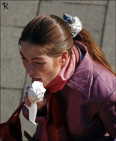 Девушки с мороженым во рту