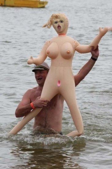 Заплыв с резиновыми куклами