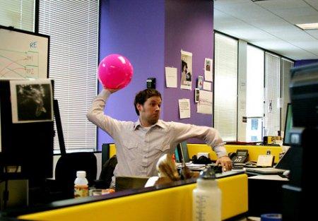 Офисные игроки бьют друг другу мячом лицо