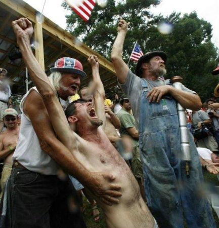 Суровые американские селяне развлекаются