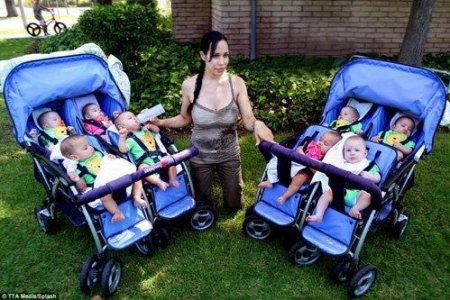 Восьмерняшки Нади Сулейман гуляют на двух колясках
